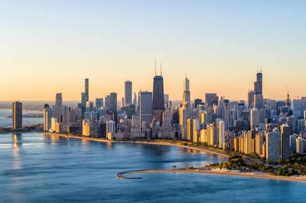 Flygfoto över Chicago Lake Shore Dr vid soluppgång på hösten - oktober 2019