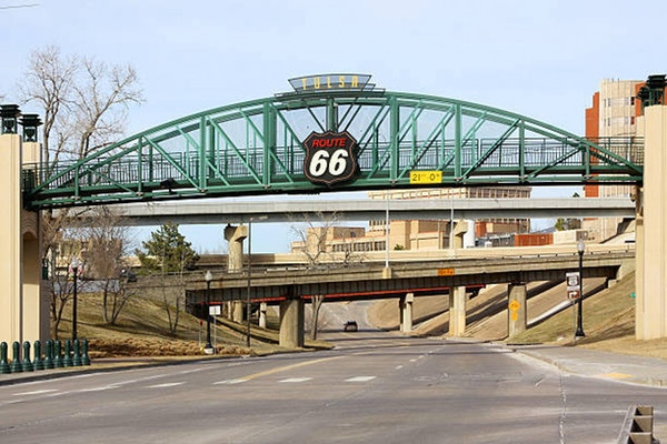 En bro över Route 66 nära centrala Tulsa Oklahoma fotograferas.