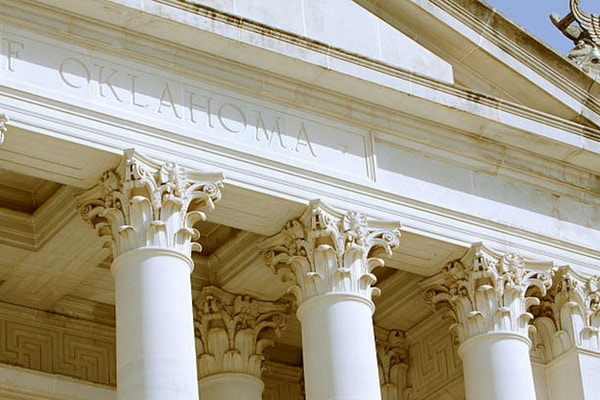 En detalj av Oklahoma State Capitol-byggnaden fotograferas.