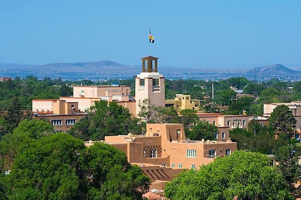 Downtown Santa Fe skyline närbild med tornet i minnesbyggnaden Bataan och byggnader i Pueblo Revival-stil.