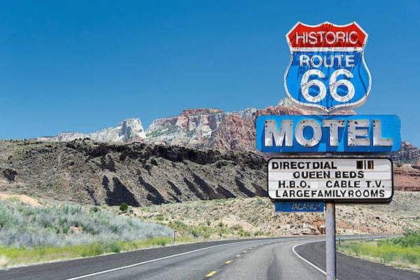 Gammalt motelltecken längs historisk väg 66.
