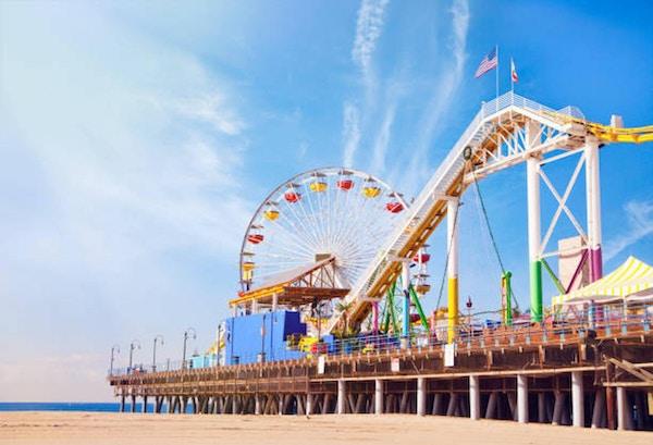 utsikt över Santa Monica-stranden och piren från stranden
