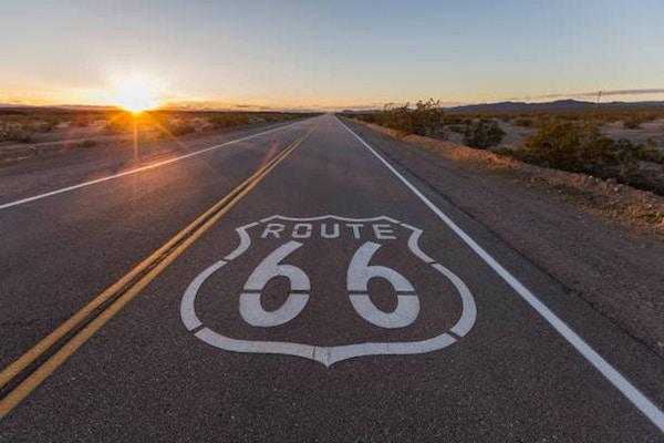 Solnedgång på rutt 66 i den Kalifornien Mojaveöknen.