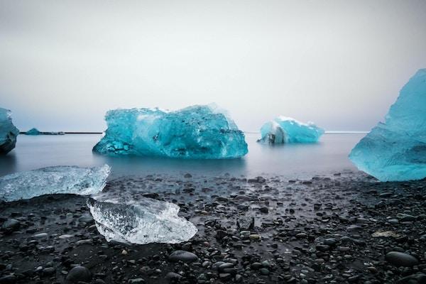 Isstrand på Jokulsarlon glaciärlagun på Island