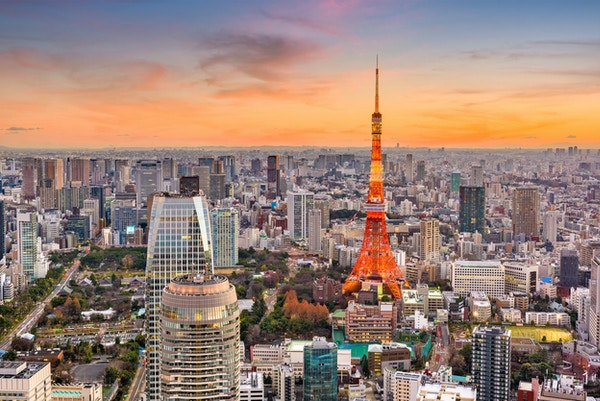 Tokyo, Japan stadsbild och torn i skymningen.