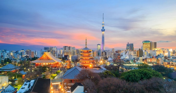 Sikt av Tokyo horisont vid solnedgången i Japan.