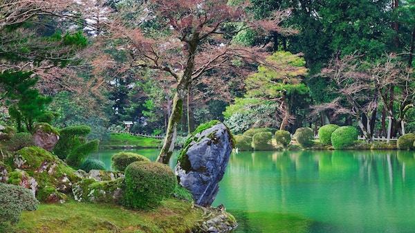 Kasumiga-ike Pond i Kenrokuen parkerar på Kanazawa