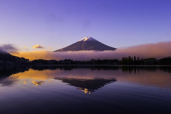 Berg Fuji på vintermorgonen med reflexion på sjön Kawaguchi, Japan