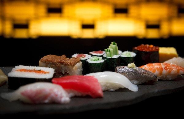 Sushi platta i en Tokyo restaurang.