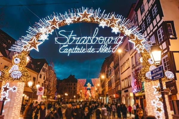 Ingångsport till början av huvudgatan och stadens centrum i Strasbourg på juletid i Strasbourg - Alsace, Frankrike