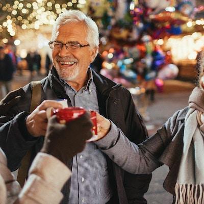 Foto av en glad familj som firar julferier på julmarknaden