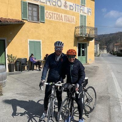 två cyklister nära Dogliani i Italien