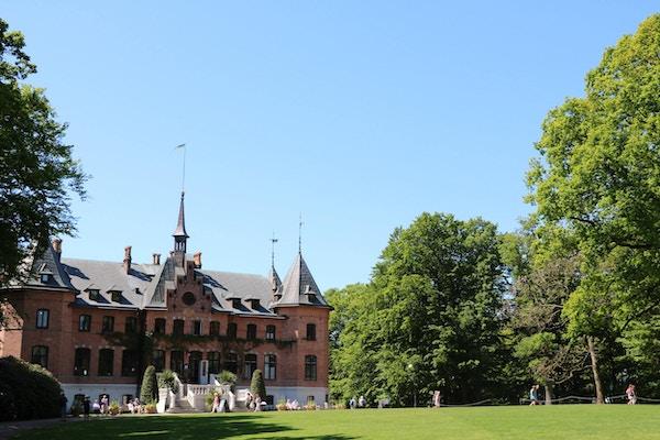 Sofiero Slott och den vackra slottsträdgården, gräsmatta, gröna träd, blå himmel, Helsingborg, Skåne, Sverige
