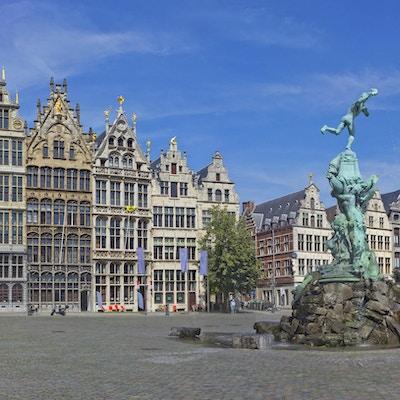 Antwerpen Grote Markt med berömd fontän och staty av Silvius Brabo. Medeltida byggnader i Antwerpen, Belgien