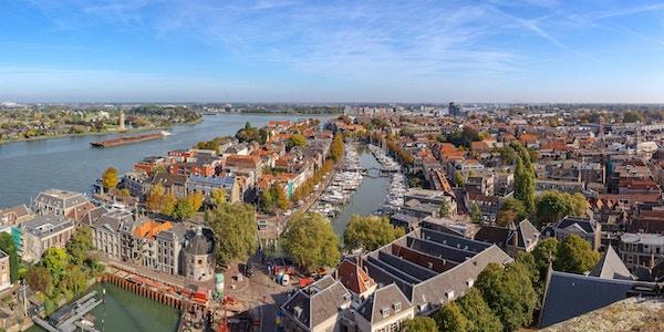 Panorama- stadsbild av staden Dordrecht från Grote Kerk torn på en solig höstdag
