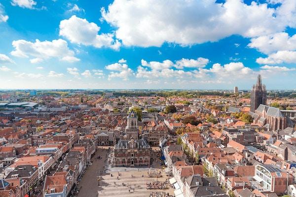 Kunglig stad Delft gränsmärke i solig dag