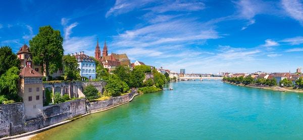 Gamla stan i Basel med den röda stenen Munster domkyrka och Rhinen, Schweiz.