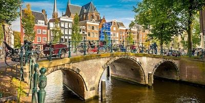 Bro över kanalen i Amsterdam