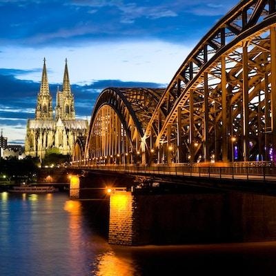 Kölnerdomkyrka efter solnedgång