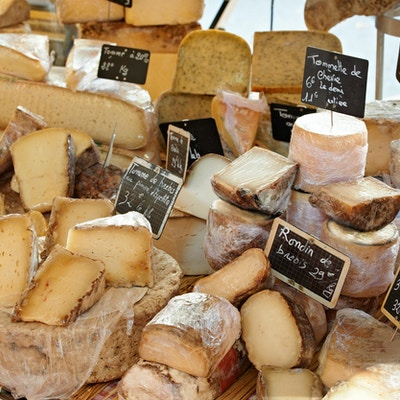 Slumpmässig fransk ost på landsbygden i Provence, staden Aix-en-Provence