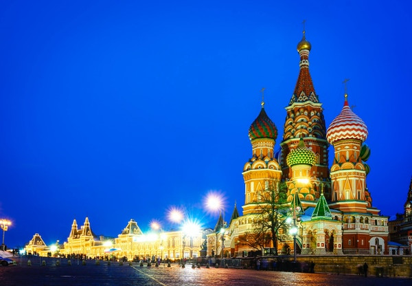 Moskvas nattsikt av Röda torget och Saint Basil's Cathedral. Arkitektur och landmärken i Moskva, Ryssland.