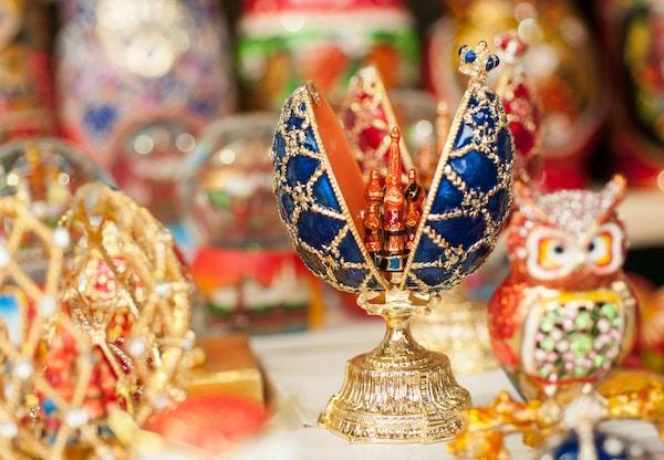 Faberge ägg ryska souvenirer på gatorna i Moskva på sommaren på eftermiddagen