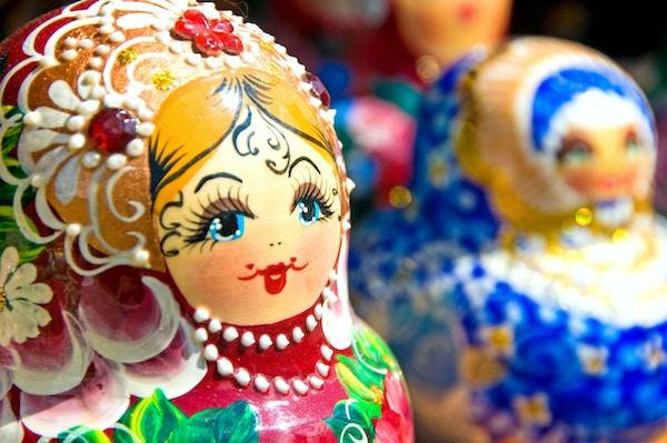 Original Babushka eller Matryoshka Häckande ryska dockor. Färgglada, handmålade häckande dockor - traditionellt symbol för Ryssland. Fotot togs i den gamla basaren i Moskva, Ryssland.