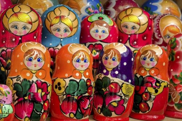 Närbild av färgade handgjorda ryska matryoshka