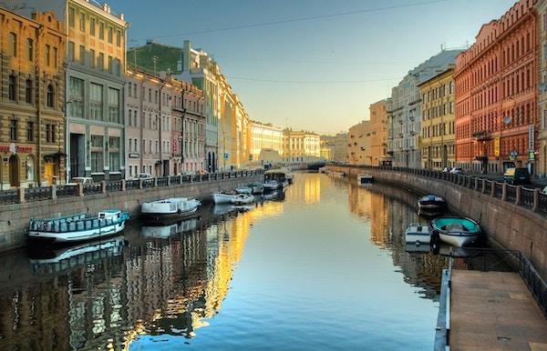 Flodkanal med båtar i St Petersburg. Vår