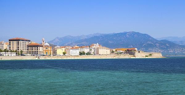 Panorama- kuststadsbild av Ajaccio, Korsikaön, Frankrike