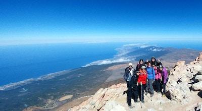 Trött men nöjd vandringsgrupp på Spaniens tak Teide