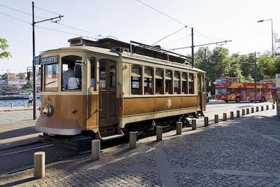 Spårvagn vid hållplatsen