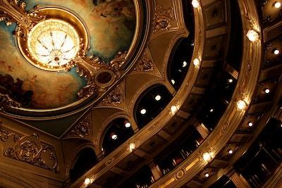 Gallerier och tak vacker gammal teater