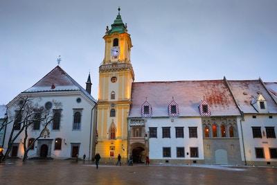 Sikt av det gamla stadshuset i Bratislava huvudsakliga fyrkant, Slovakien.