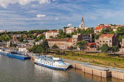 Sikt på Belgrad gamla delen av staden och flodhamnen
