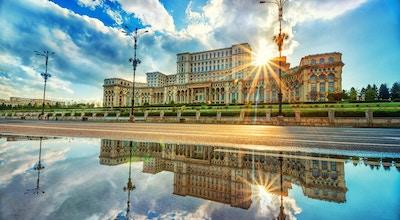 Parlamentslott i Bukarest vid solnedgången, den största byggnaden i Europa.