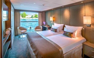 Säng och fönster i stugor på flodkryssningsfartyg
