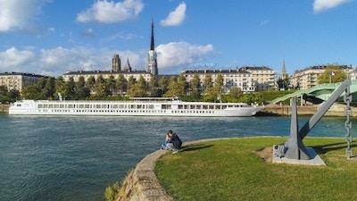 Fartyget MS Renoir seglar på Seinen
