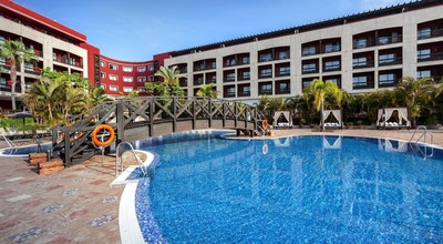 Pool med solstolar, Hotel Barcelo, Marbella