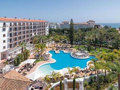 Blå himmel över poolområdet, H10 Andalucia Plaza, Marbella