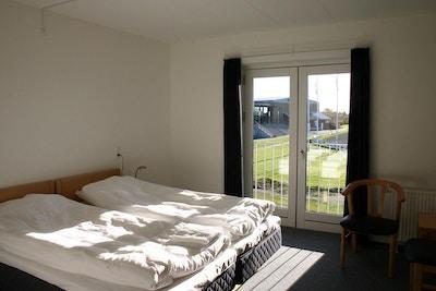 Rum med utsikt över fotbollsplan och idrottscenter, Farsö, Danmark