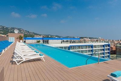 Roof top pool, solstolar, havsutsikt, L´Azure Hotel, Lloret de Mar, Spain