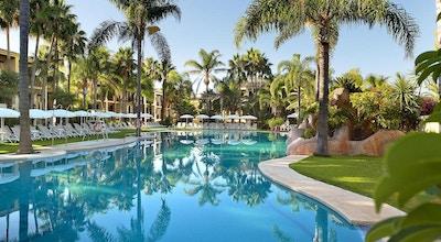 Utomhuspool, palmer, solstolar, blå himmel, BluBay Banus, Marbella, Spanien