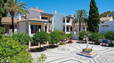Hotell i andalusisk stil och design, vitkalkade byggnader, blå himmel, BlueBay Banus, Marbella, Spanien