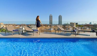 Takpool med solstolar, utsikt, havsutsikt, H10 Marina Barcelona, Spanien