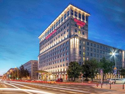 Bild av hotellfasaden på kvällen, Mercure Warszawa Grand, Warszawa, Polen