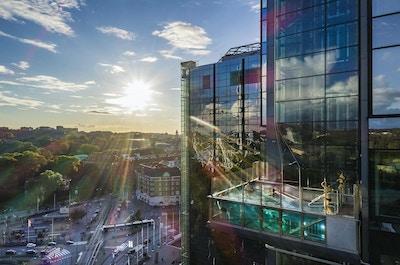 Utomhuspool med glasbotten, utsikt över Liseberg, Gothia Towers, Göteborg, Sverige