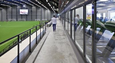 Från gymmet är det ustikt in i fotbollshallen, Prioritet Serneke Arena