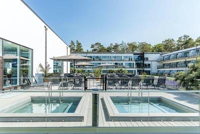 Innegård, solstolar, terrasser, palmer, grönområden, havsutsikt, Hotel Riviera Strand, Båstad, Sverige