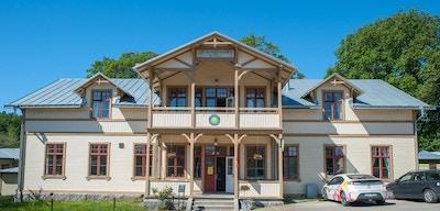 Huvudbyggnaden i trä, arkitektur från tidigt 1900-tal, blå himmel en solig dag, Ronneby, Sverige